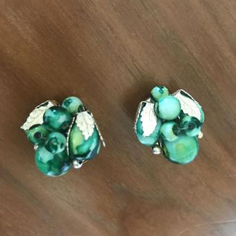 No.267 グリーンカラーの個性的なぶどうイヤリング