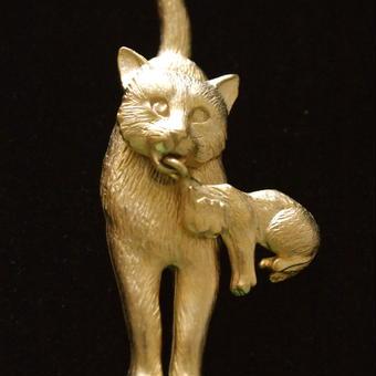 JJ ヴィンテージブローチ 子猫をはこぶママ猫(GOLD)