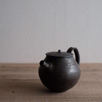 馬酔木 誠(アセビマコト)さんの 急須(丸)黒(鉄釉)