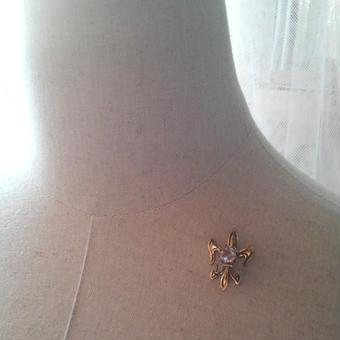 サフィレット(約6.5ミリ) Fleur-de-lis Brooch