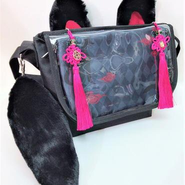 アルマジ製作所 タッセル付きお狐バッグ 黒×黒×ピンクタッセル