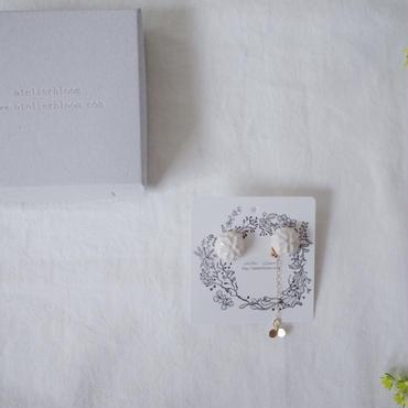 陶の宝石ピアス 白い花