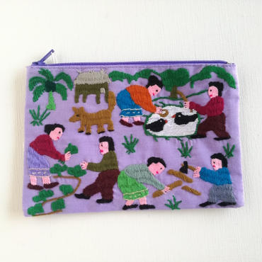 ラオス モン族の手刺繍ミニファスナーポーチ 農村の生活風景(紫) 02