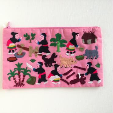 ラオス モン族の手刺繍ファスナーポーチ 農村の生活風景(ピンク)05