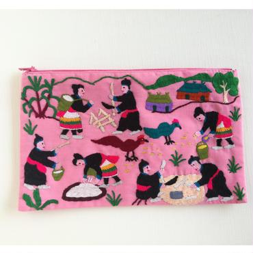 ラオス モン族の手刺繍ファスナーポーチ 農村の生活風景(ピンク)04