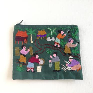 ラオス モン族の手刺繍ミニファスナーポーチ 農村の生活風景(深緑)11