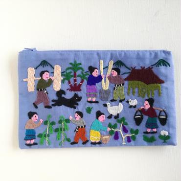 ラオス モン族の手刺繍ファスナーポーチ 農村の生活風景(水色)07