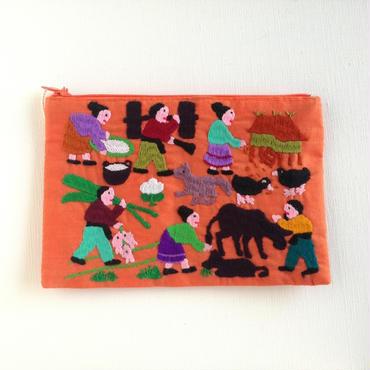 ラオス モン族の手刺繍ミニファスナーポーチ 農村の生活風景(オレンジ)04