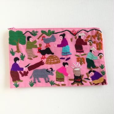 ラオス モン族の手刺繍ファスナーポーチ 農村の生活風景(ピンク)01