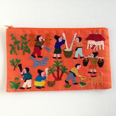 ラオス モン族の手刺繍ファスナーポーチ 農村の生活風景(オレンジ)06