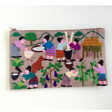 ラオス モン族の手刺繍ファスナーポーチ 農村の生活風景(ベージュ)11