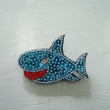 サメ ブローチ