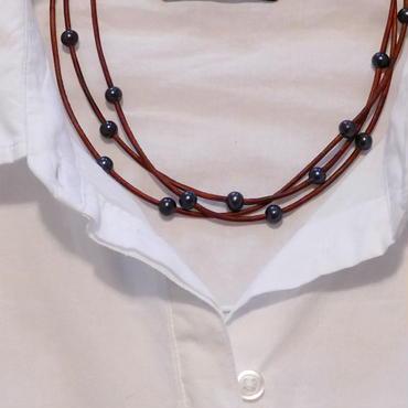 ブラウン革紐とパールの三連ネックレス