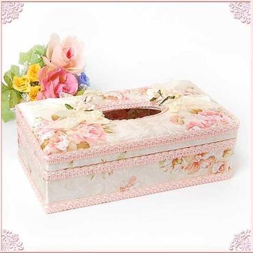 フラワーモチーフ付きバラ柄ティッシュボックスケース(ハードタイプ)淡いクリーム色の地にサーモンピンクのローズ柄