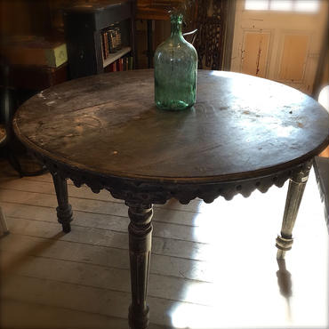 丸いアンティークテーブル