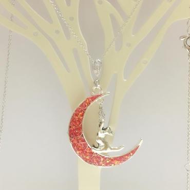 紅月とじゃれあう猫のネックレス