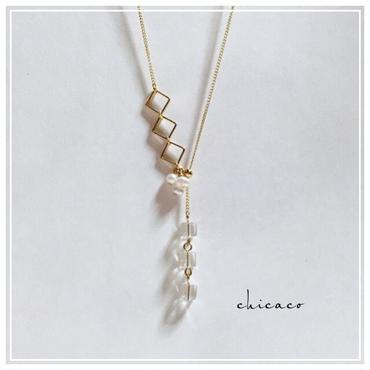水晶とパールの華奢なY字ロングネックレス