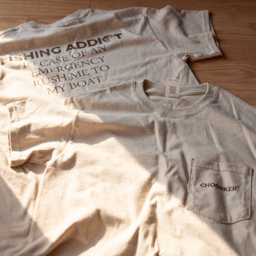 "POCKET ""FISHING ADDICT"" TEE(SAND)"
