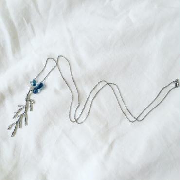 青く揺れる水の底ネックレス