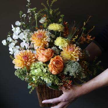 黄色やオレンジなど春のお花を組み合わせて鮮やかで活発な印象のアレンンジメント