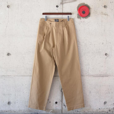 BRITISH KHAKI〈ブリティッシュカーキ〉TWO TUCK WIDE TROUSER MILITARY KHAKI