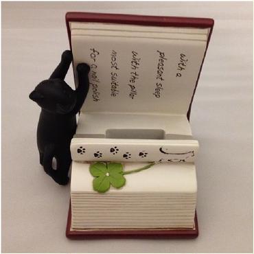 黒豆猫が必死に本を開いてる♪スマートフォンスタンド(樹脂製)☆問屋直送品です。