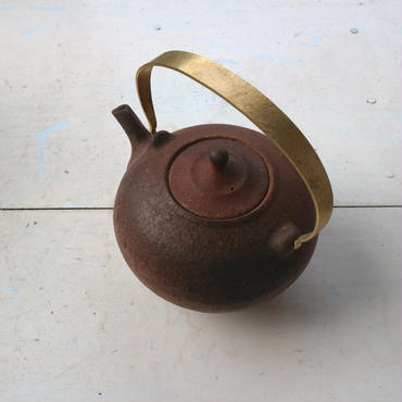 焼締め真鍮取っ手土瓶 / 境知子