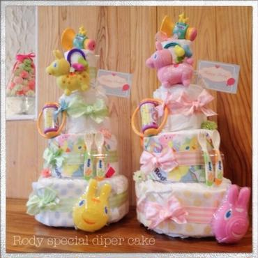 豪華なロディ4段おむつケーキ!たっぷり6点おもちゃと優しいデザインのお洋服付き☆