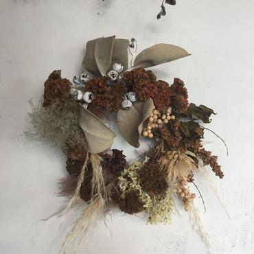 茶色のケイトウと白ベージュのドーナツリース