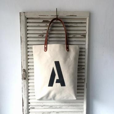 シンプルにアルファベット1文字入り。日本製古い生成り帆布手提げトートIND_BNP_0177