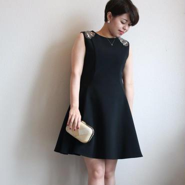 ビジューショルダーブラックドレス