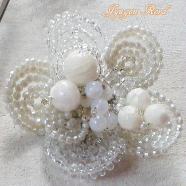 お花のコサージュ・ブローチ(ホワイト&アイボリー)
