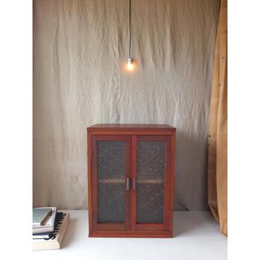 ダイヤガラスの収納戸棚