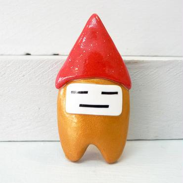 【 季節柄 】金100号 赤い三角帽子のブローチ