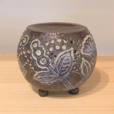 茶香炉 黒泥彫草花文