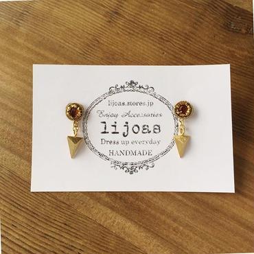 トライアングルスタッドとゴールデンオレンジビジューを囲む金色の糸が美しいコンビネーションピアス