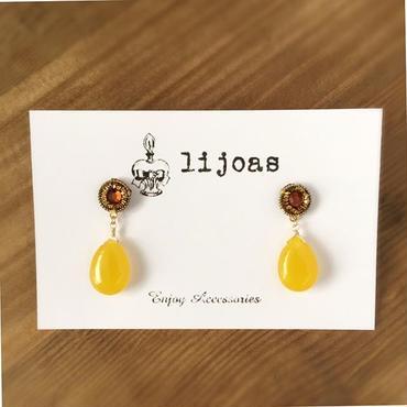 ゴールデンビジューを囲む黄金色の刺繍糸が可愛い、ドロップイエロー翡翠のポストピアス