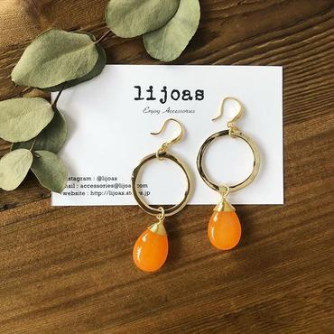ゴールドと天然オレンジ翡翠のピアス
