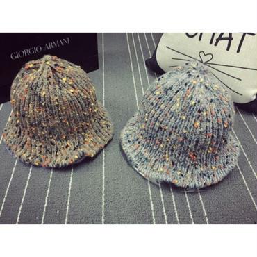 オフのお買い物コーデに大活躍のマルチカラーニット帽