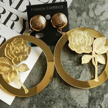 コーデが物足りない時におすすめゴールドの大きいバラ&ラウンドピアス