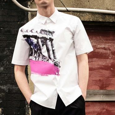 ポイントのセニック風の模様ピンク色がおしゃれ白ベーシックシャツ