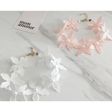 コーデのアクセントにおすすめ/ピンク白の花モチーフチョーカー