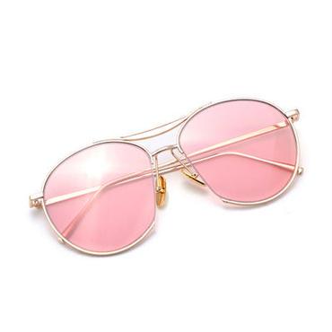 夏の海やプール旅行などのコーデにおすすめレンズの色が特徴のサングラス