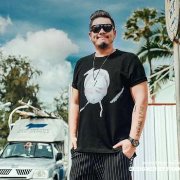 ユニークな大きいプリントが魅力のクルーネックTシャツ