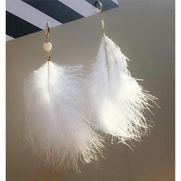 ピュアな白色のふわふわフェザーロングピアス