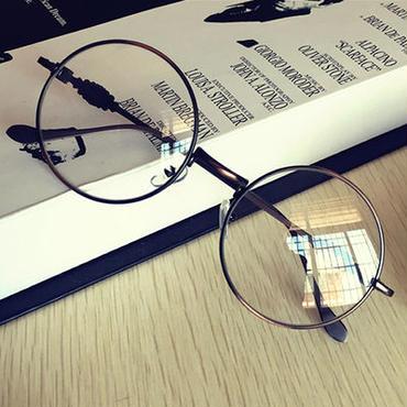 個性と優しい印象を与えるラウンドレンズがおしゃれなメガネ
