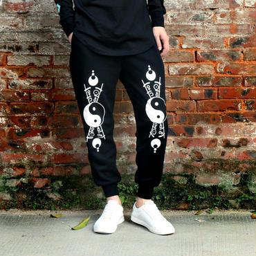 パーカーやTシャツとも良く合う模様がユニークなジョガーパンツ