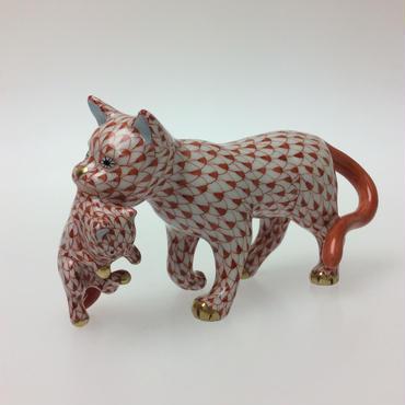 【ヘレンド】人形 VH   仔猫を運ぶ猫 レッド 05551-0-00