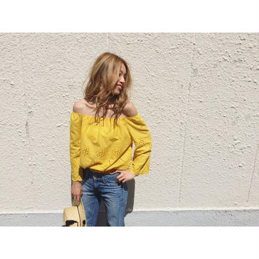PUNCHING LACE OFF SHOULDER(MUSTARD)
