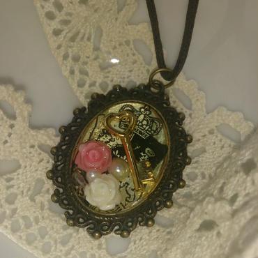 【送料無料】ハートの鍵と薔薇のレジンペンダント